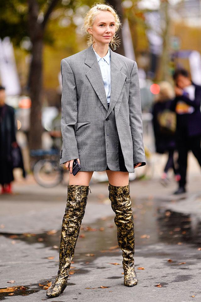 スーツのようなカチッとしたジャケットは、オーバーサイズをチョイスしてワンピース風にスタイリング。アシンメトリーなデザインだからモードな雰囲気を演出できる。足元はインパクトあるサイハイブーツできめて。