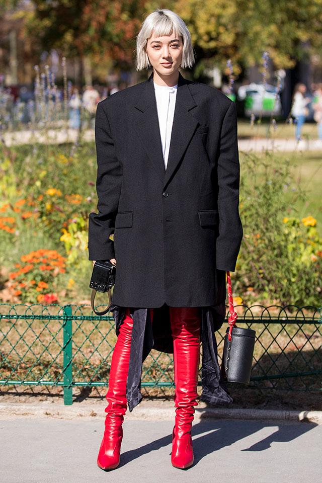 80'sムードが漂うボックスコートは、ワンピースっぽく着こなして、その雰囲気を堪能。フィット感あるブーツを合わせてメリハリラインを強調したら、グッドバランスをキープできる。個性的な小物合わせもGOOD。