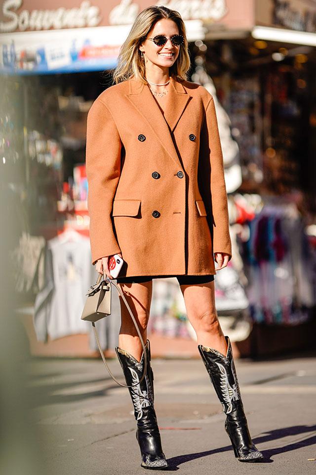 ハンサムフェイスのダブルボタンジャケットは、マイクロミニ丈のワンピースのようにコーディネイト! ウエスタンデザインのブーツをインすることで、個性的なスタイルに仕上がる。