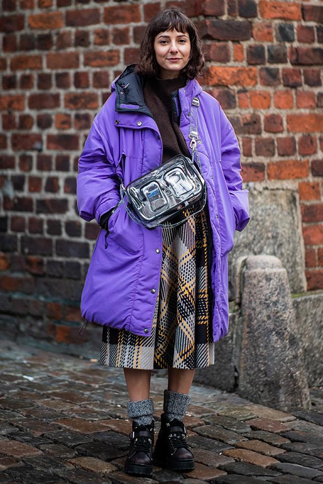 チェックスカートでグッドガールな雰囲気のあるスタイルにパープルカラーのインパクトアウターをオン。スポーティな要素が加わり、一気にトレンド感ある着こなしに。シーズンレスなPVCバッグも可愛い♪