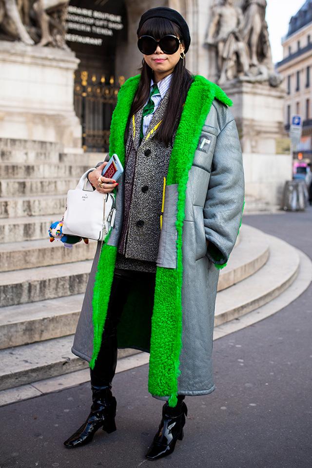 ネオングリーンの裏起毛がインパクトあるアウターは、ベンチコートのようなスポーティさがおしゃれ! シャツ×ジャケットのかっちりしたコーディネイトに合わせることでミックステイストが楽しめる。