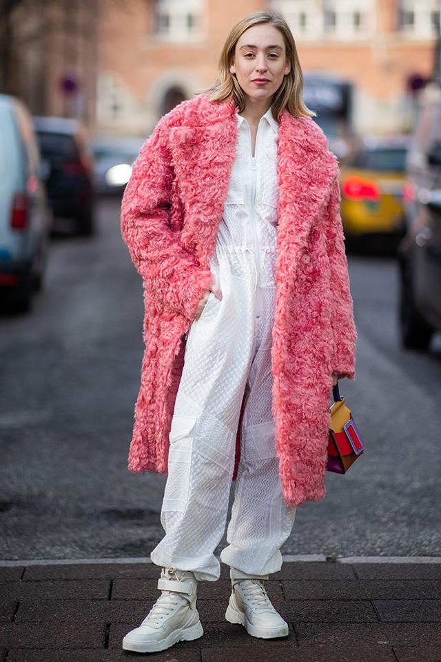 清潔感あるホワイトのワントーンスタイルに鮮やかなピンクのファーコートが映える。シンプルなカラーコーディネイトだけど、インパクトは十分! コンパクトながらユニークなデザインのバッグもキュート。