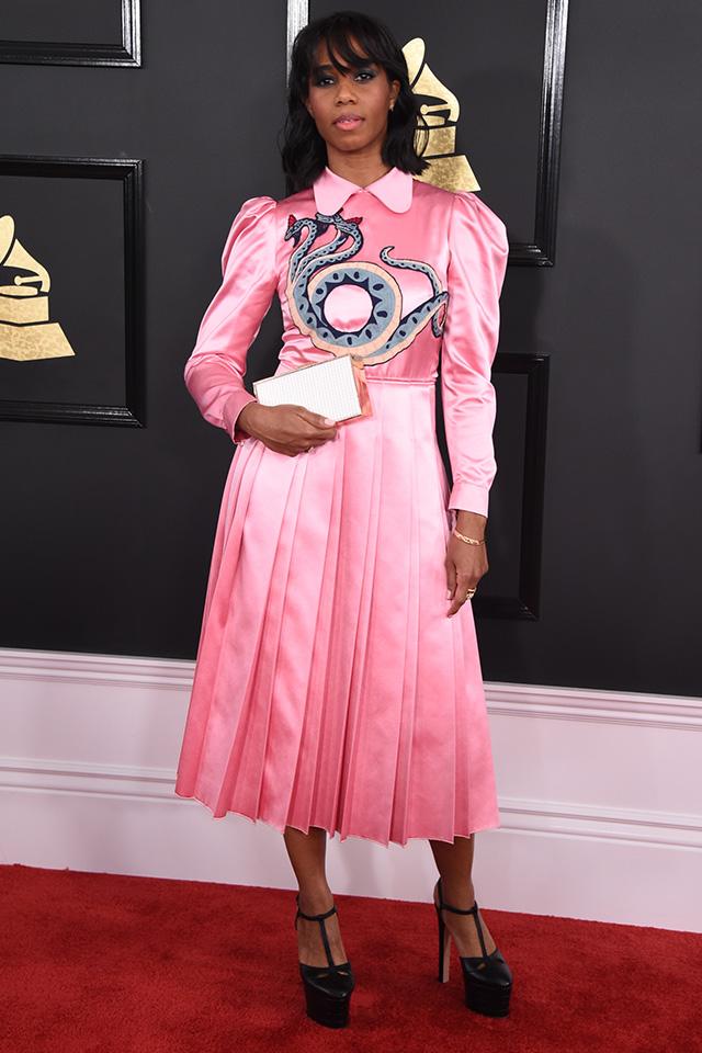 インパクト抜群のピンクドレスは、ドラゴンのモチーフと光沢感のある素材でチャイナドレスのような雰囲気。高めのヒールを合わせてとことんラグジュアリーに仕上げて。リップのカラーもピンクでまとめたところが高ポイント!