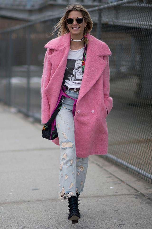 Tシャツ×デニムと、ファッショニスタの制服的スタイルにピンクのコートを合わせることで今っぽくなる。存在感のあるコートだからこそ、いつものスタイルに取り入れるのがいい。チラッと見えるガウンとのレイヤードもGood♪