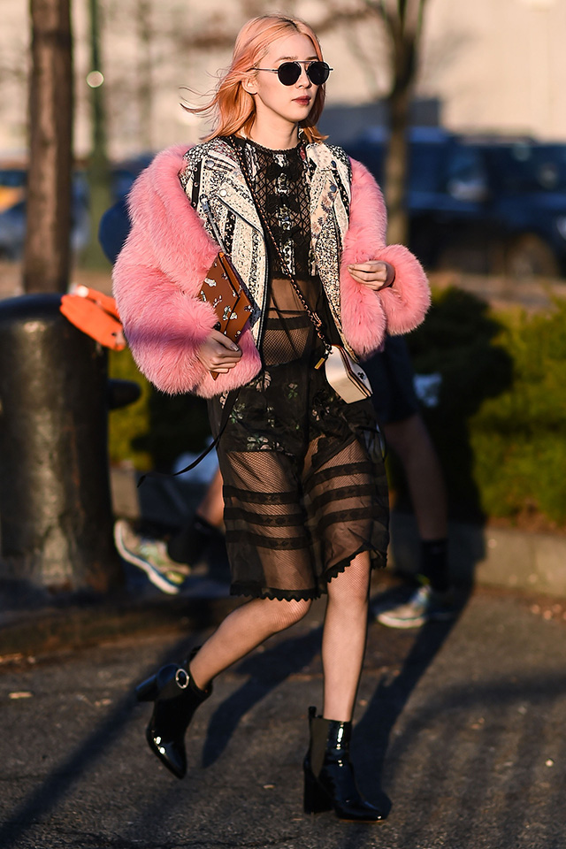 レインボーカラーのヘアスタイルで一躍有名になったモデルのアイリーン・キム。ラブリーなファーコートを透け感のあるクールなブラックスタイルと合わせることで、大人っぽさを演出。肩をはずした着こなしもおしゃれ。