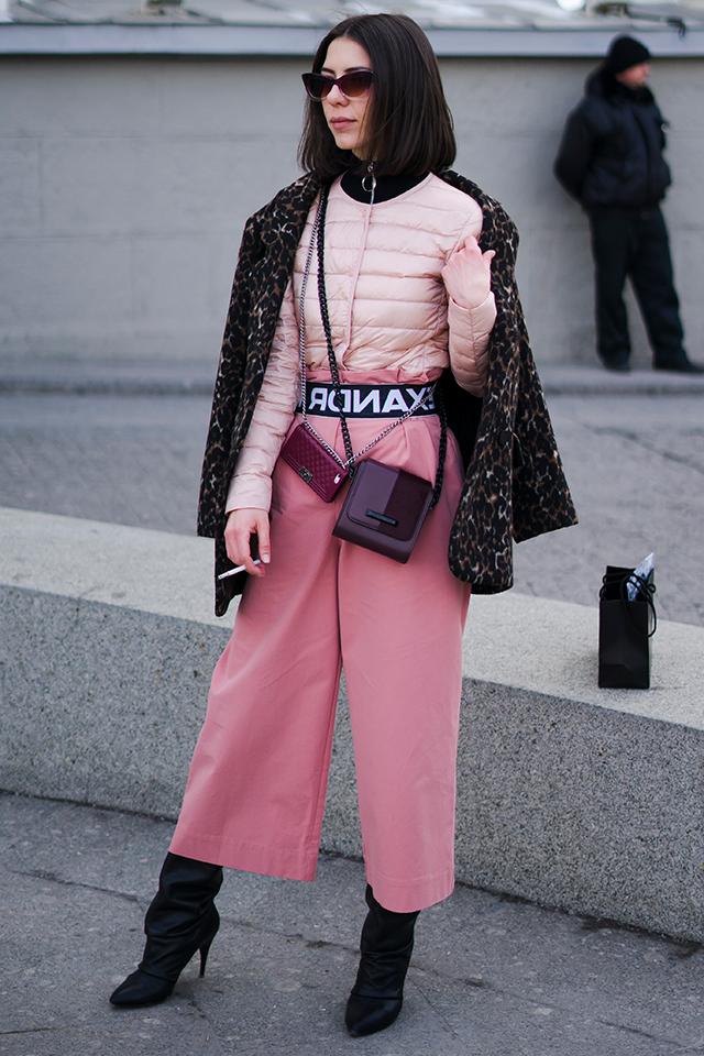 ピンク初級者でも真似しやすいのが黒とのコーディネイト。ダウンジャケットやベルトなど、スポーティーなエッセンスを取り入れることで、甘くないピンクスタイルが楽しめる。足元にはヒールをインして、女性らしさをキープ。