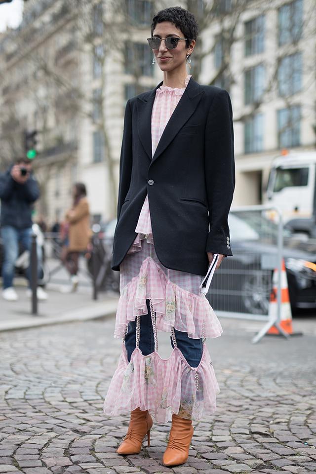 ピンク色のギンガムチェックはラブリーになりがちだけど、個性的なデザインでスパイシーな要素をプラス。定番のデニムスタイルを新鮮に見せてくれる。仕上げにジャケットを羽織ってきちんと感も忘れずに。