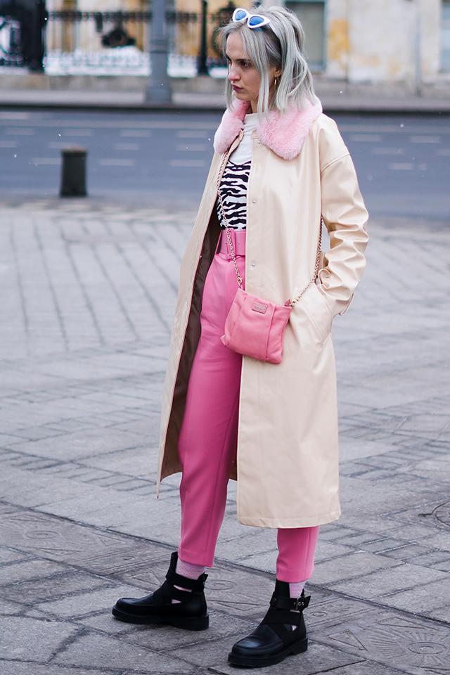 ピンクのハイウエストパンツを主役に、コートの襟やバッグ、ソックスとピンク小物で彩って。ゼブラ柄のトップスや、ブラックブーツなど、辛口なエッセンスをプラスして、アバンギャルドな雰囲気に味付け。