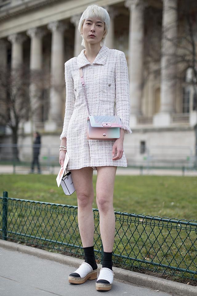 白い肌にホワイトピンクのワンピースが映える! プラチナカラーのショートスタイルで、ジェンダーレスな雰囲気があるから可憐なワンピーススタイルも個性的に。足元のスタイリングもおしゃれ。