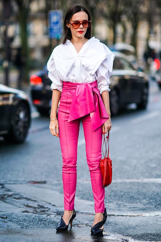 濃いトーンとレザー素材で、可愛くなりがちなピンクスタイルをクールに仕上げて。シンプルなコーディネイトだけど、1点1点のデザインが個性的だから、オリジナリティある着こなしになる。