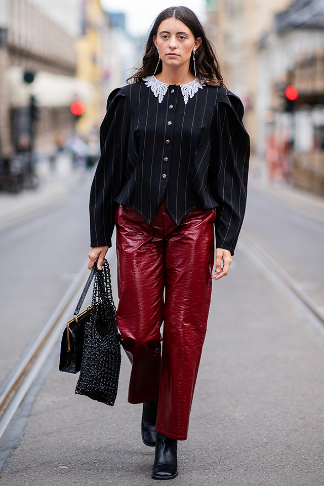 パワーショルダー×フリル襟の組み合わせは、ロマンチックさもあるレトロモードな雰囲気で素敵。ブラックスタイルの中にボルドーカラーのパンツで変化をつけつつ、レザー小物できちんと感はキープ。