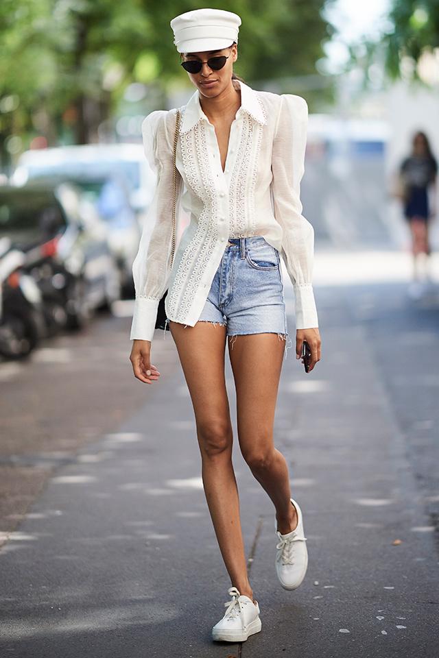 透け感あるロマンチックなシャツは、パワーショルダーデザインで80'sムードをトッピング。定番のデニムショートパンツスタイルも新鮮に見える。ホワイトカラーのメインにしたコーディネイトはとても爽やか。