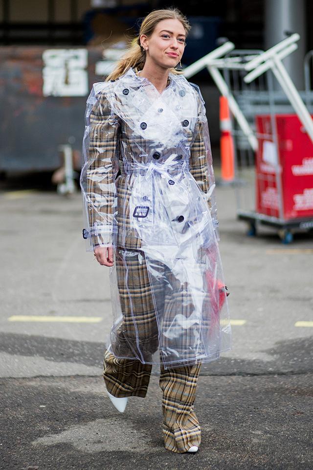 チェック柄のパンツスーツにトレンチデザインのPVC素材コートをレイヤード。トレンド感も、オリジナリティも高まり、周りと一線を画したコーディネイトに。定番アイテムは素材で変化を出して。