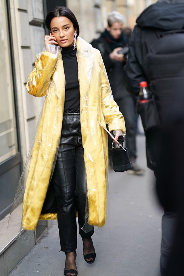 イエローが鮮やかなファーコートにPVC素材を重ねたデザインがおしゃれ! ファッショニスタの定番であるブラックスタイルに遊び心をプラスしているアイテム。コートをメインにしたスタイリングを意識して。