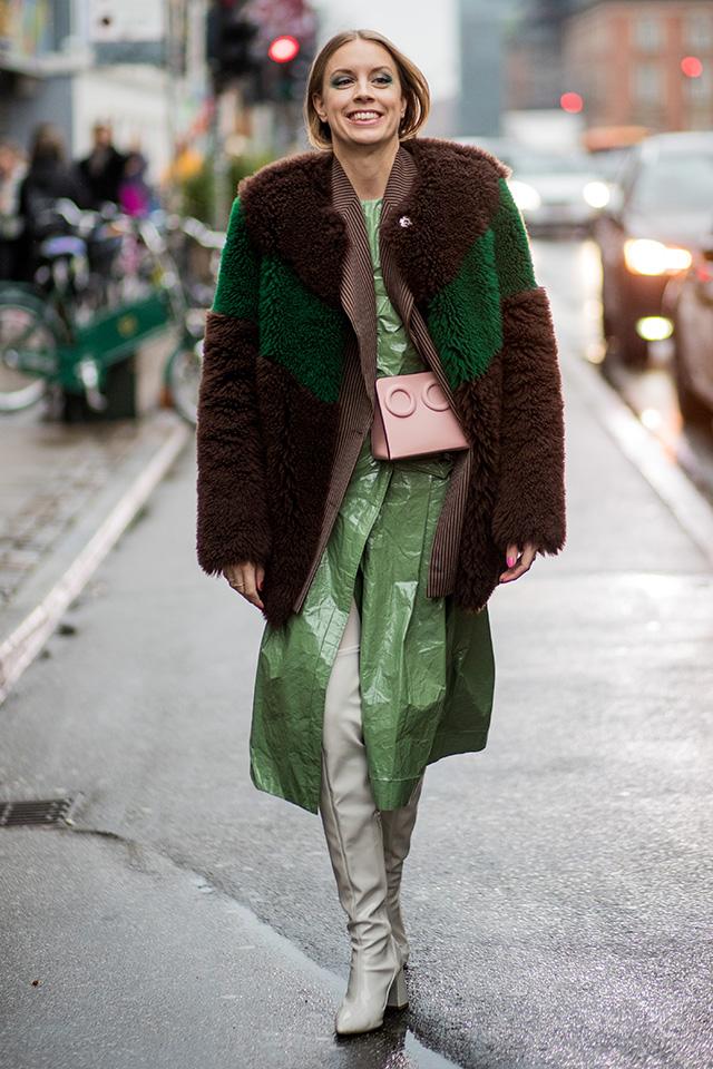 くしゃっとした素材感がおもしろいロングコートに、オーバーシルエットのファーコートをオン。異素材ミックスがモードな着こなしを叶えてくれる。くすみ系のカラーは今シーズンのトレンドだから要マーク♪