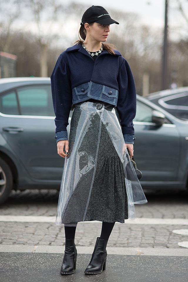 キャップに、オーバーシルエットのショート丈ジャケットでストリート感あるスカートルックに、巻きタイプのPVC素材のスカートをレイヤード。今っぽい素材のアイテムを1点投入するだけでトレンド感が一気にアップ!