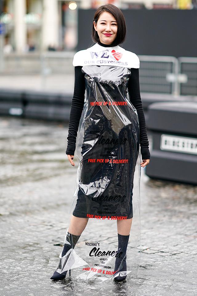 洋服をカバーするシートをそのまま来ているようなデザインが目を引く。ユニークなアイテムだからこそ、ベーシックなブラックドレスに重ねるだけでOK。ボディコンシャスなラインもおしゃれ。