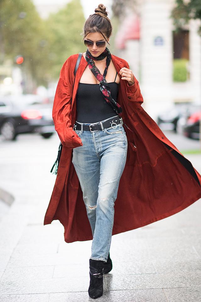 光の加減で濃いオレンジにも見えるような、ニュアンスある赤色が目を引くコートを颯爽と羽織ったスタイルがおしゃれ。なにげないデニムスタイルをアップデートしてくれるアイテムを味方につけて。