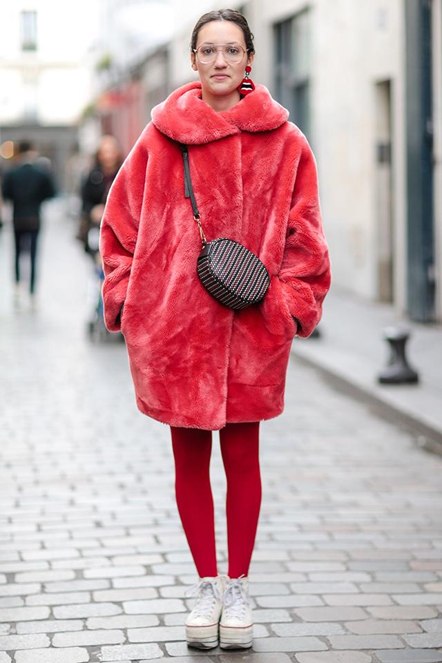 存在感のあるファーコートに、同色のタイツを合わせて、全身で赤を取り入れたスタイルが新鮮。色での主張が強い分、シンプルにまとめるのがおしゃれに見えるコツ。厚底スニーカーがキュートな印象。