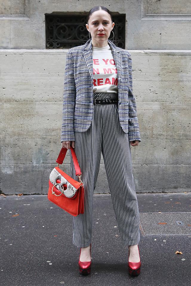 チェック×ストライプの柄を合わせたスタイリングに、トレンドカラーの赤を効かせたスタイリングがおしゃれ小物でトレンドカラーを取り入れたスタイルは真似しやすいからおすすめTシャツのロゴも合わせたところがセンスあり。