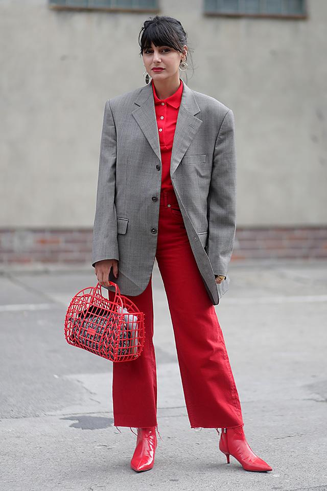 全身を赤色でまとめスタイルの仕上げに、ビッグシルエットのグレージャケットをオン! メンズライクさが洗練されたモードさを作り出す。コーディネイトにインパクトがあるから、アクセサリーは最小限にまとめるのが◎。