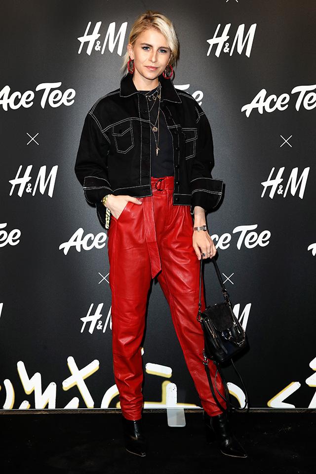 ファッショニスタの定番ブラックコーデに赤色パンツをイン。いつものスタイルにトレンドカラーのアイテムを1点投入すると、今っぽい変化をつけてくれる。今すぐ真似できるスタイリングテクニック♪