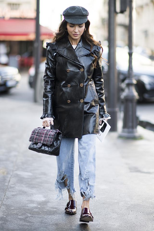 ショルダー部分にラッフルデザインを取り入れたコートは、光沢感ある素材でハードな印象。定番のデニムルックに合わせることでコーディネイトに変化をつけて。どんどん進化するデニムは裾ダメージが今っぽい。