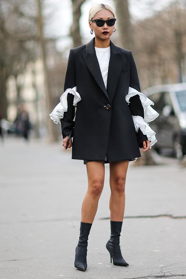 クールなモノトーンルックは普遍的なスタイルだからこそ、トレンドアイテムで周りと差がつく着こなしに。ジャケットのアーム部分のラッフルデザインが際立つよう、その他をミニマルにまとめて。