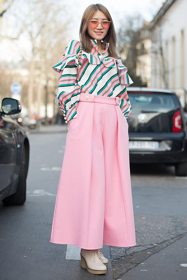 柄だけでなく、シルエットにも特徴のあるブラウスを主役にスタイリング。どこかヴィンテージライクなスタイルがおしゃれ! トレンドカラーのピンクをロマンチックに着こなしたセンスはグッド。