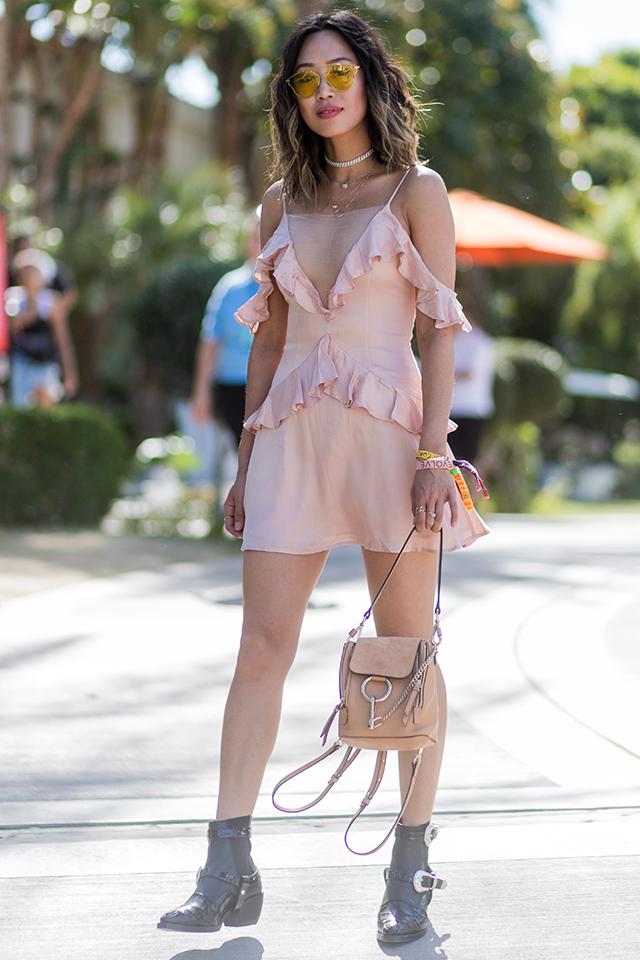 ロマンチックピンクにラッフルデザインがガーリーな雰囲気。程よく肌見せしてヘルシーさを演出すれば、野外フェス時のスタイルとして活躍しそう。ブラックではなく、ピンクの相性のいいグレーのブーツをインしたところがセンスあり♪