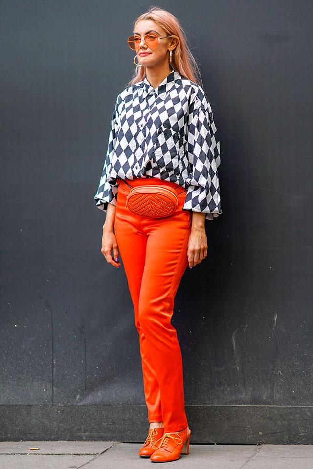 オレンジアイテムの中にダイア柄のシャツをイン。鮮やかなインパクトあるスタイルだけど、シックさが加わり、大人っぽさもキープできる。サングラスのレンズまで同じ色で合わせたスタイリングがGOOD。