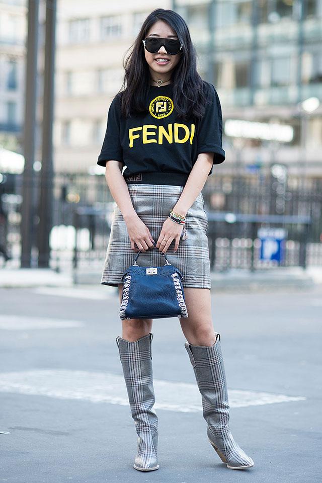 同じチェック柄のスカートとブーツをメインにスタイリング。光沢感ある素材も◎。シンプルなロゴシャツを合わせてストリート感をプラスして。ワンレンズサングラスも雰囲気を後押ししてくれる。