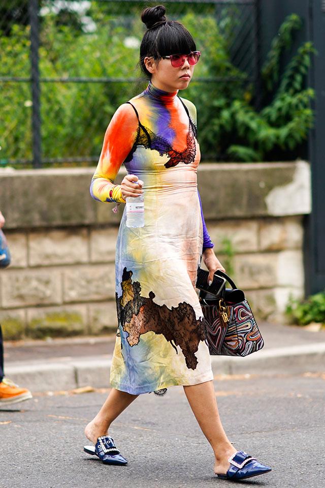 人気ブロガーのスージー・ロウは、おしゃれ上級者らしい、染めデザインのアイテムをダブル使い。カラーリングに濃淡があることで、スタイルに変化をつけることができる。個性的な小物使いも素敵。