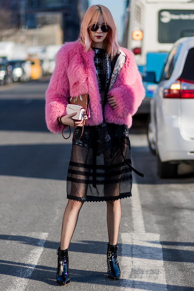 モデルのアイリーン・キムは、大胆な透け感のワンピースにボディスーツのようなパンツをレイヤード。インナーは柄アイテムでも、無地タイプでも、違った雰囲気が楽しめる。ピンク×ブラックの2トーンコーデもおしゃれ♪