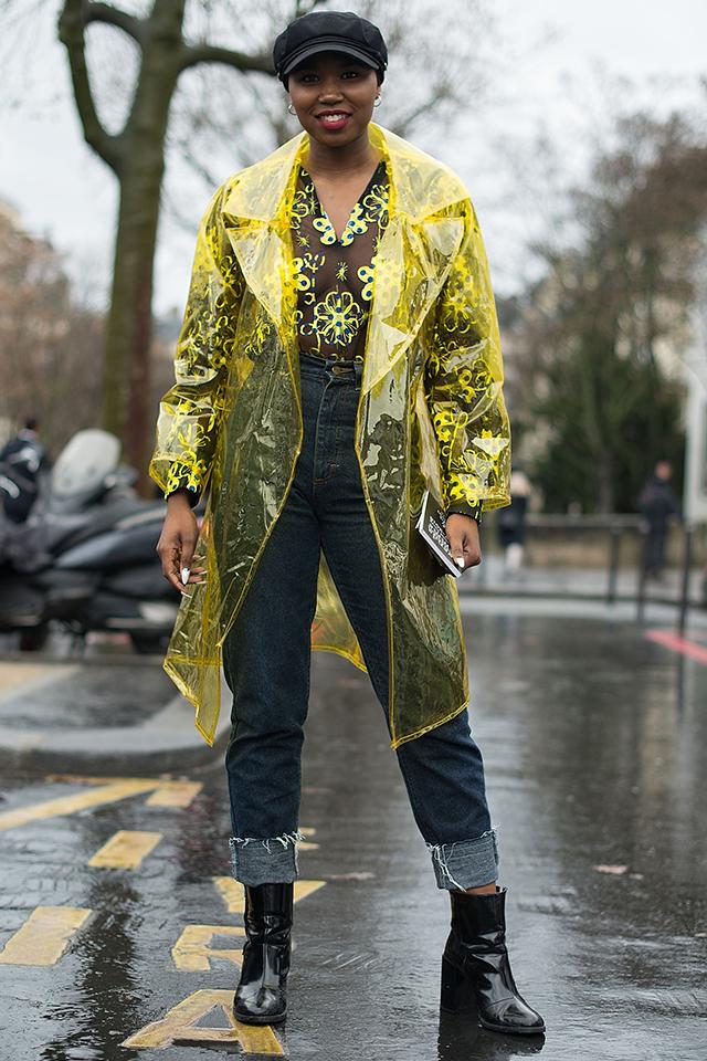 雨の日のファッションも楽しくなりそうなネオンイエローのコートが定番のデニムスタイルにオリジナリティをプラスしてくれる。コートとシャツの色がリンクしたコーディネートもシースルーならではのスタイリング!