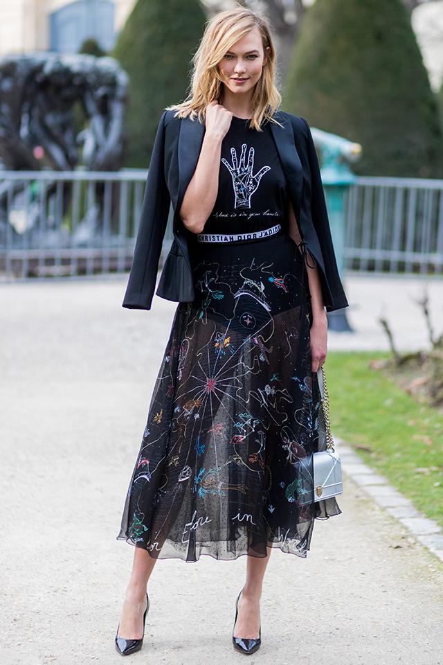 モデルのカーリー・クロスはグラフィック柄のシースルースカートをフォーマルにコーディネート。遊び心あるトップスもジャケットやブラックカラーでまとめることで大人っぽさをキープできる。