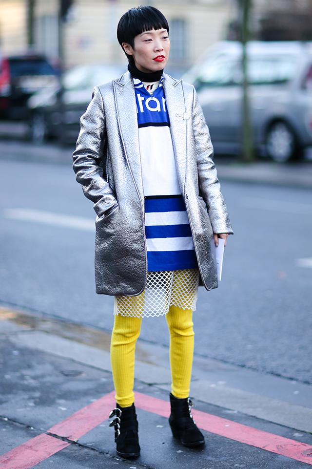 カラーで遊んだスポーティなスタイルにメタリック調のアウターをオン! さり気なくメッシュスカートを取り入れたレイヤードスタイルはおしゃれ上級者のなせる業。1点1点に存在感があるから小物は最小限に。