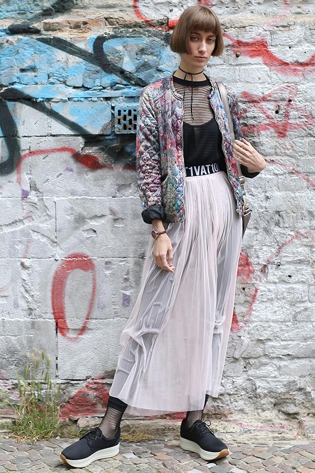スリットのような透け感あるロングスカートはレギンスとレイヤード。トップスやソックスのメッシュアイテムがアバンギャルドな雰囲気を演出。個性が光るスタリングはストリートでも目立つこと間違いなし。
