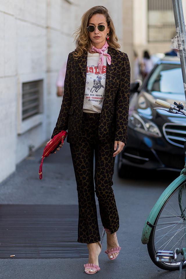 ハードな印象のレオパード柄のセットアップを、ピンクのスカーフや華奢なサンダルでフェミニンさをキープ。インナーのカットソーで外したスタイリングセンスはまさにおしゃれ上級者。ピンナップガールのような雰囲気がグッド♪