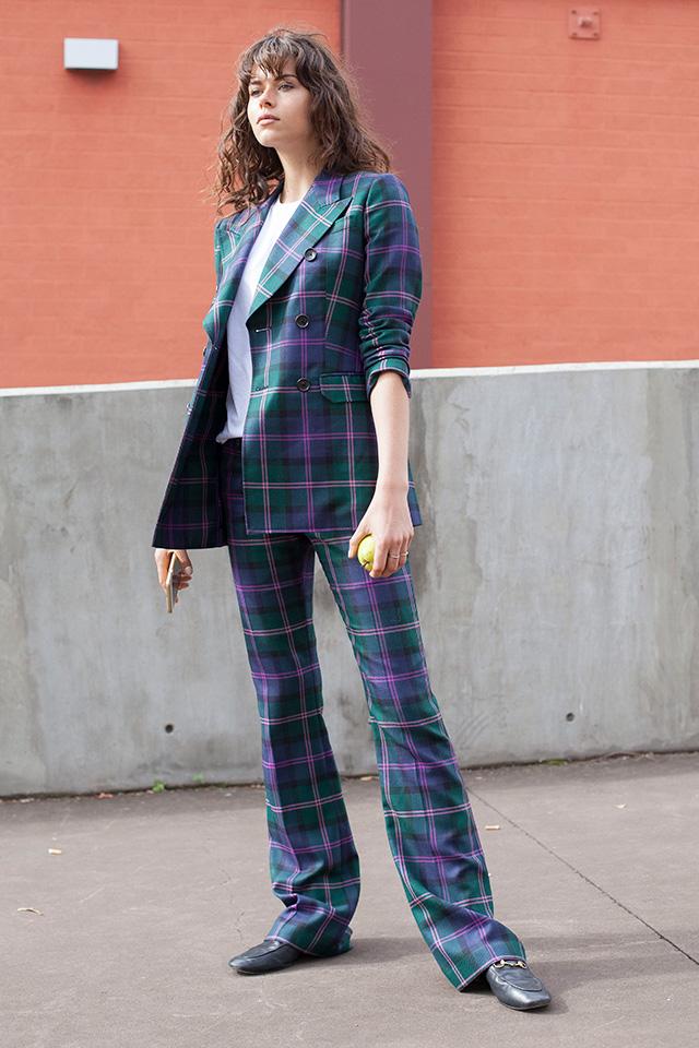 着るだけでおしゃれ度がアップするチェック柄のセットアップ。インナーはシンプルなTシャツやカットソーを合わせてセットアップの存在感を高めて。適度なベルボトム風パンツにローファーがお似合い♪