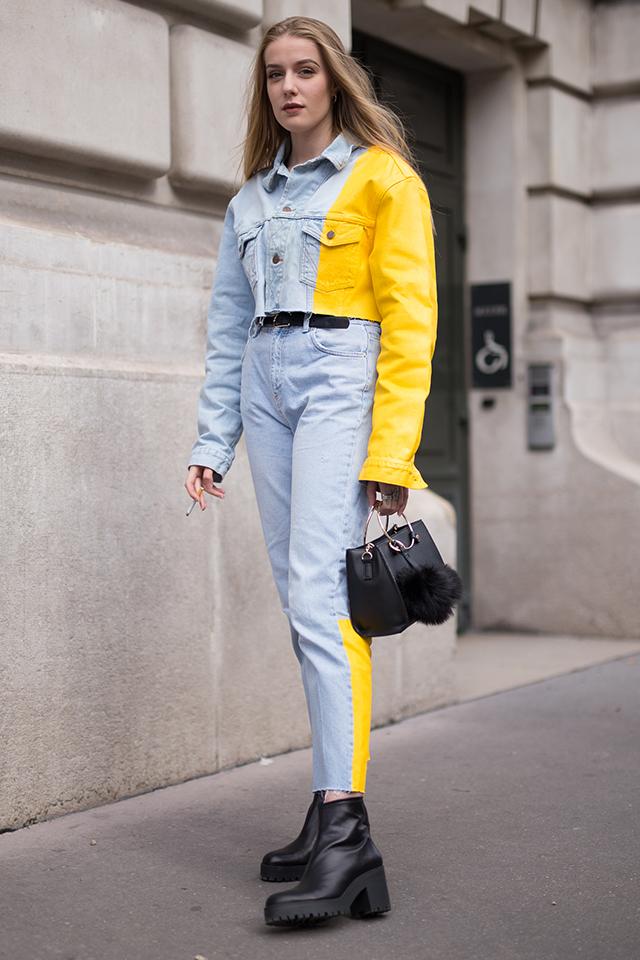 大胆なカラーブロッキングが印象的なデニムのセットアップスタイル。極端に短いジャケットは脚長効果を狙える。バッグと靴、ベルトと、小物をブラックに統一したことでモードな雰囲気を演出される。
