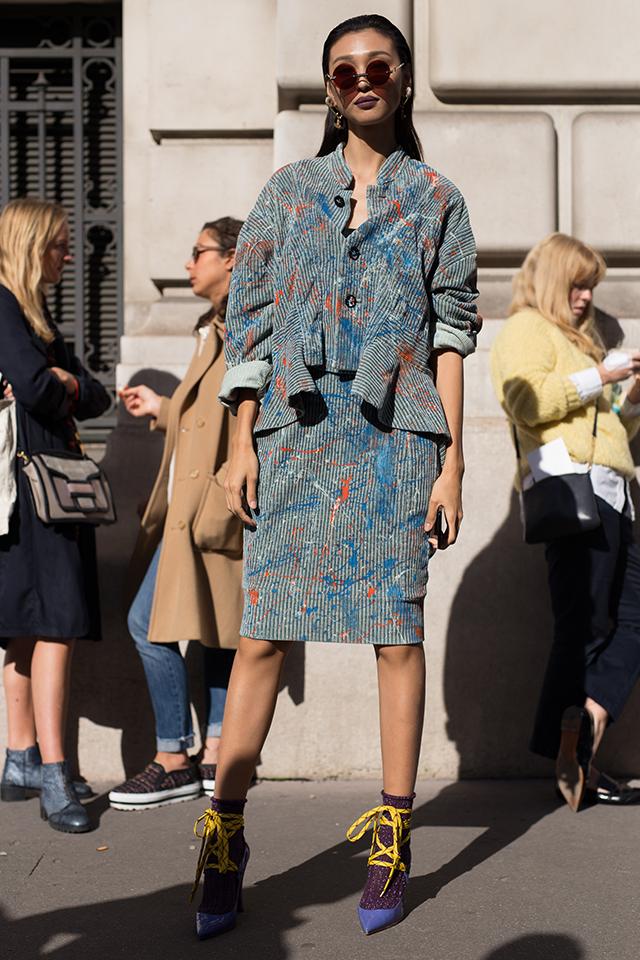 変形ジャケットとスカートのセットアップが個性的! フェミニンなシルエットながら、ストリート感あるペンキを散らしたデザインとのミックス感で、周りと差がつくスタイルに。足元は華奢なレースアップシューズがモードな装いに仕上げてくれる。