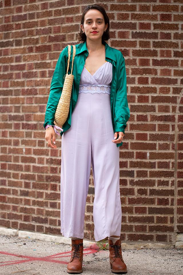 ナイトウェアのようなテロッとした素材のジャンプスーツが新鮮! フェミニンさがあるアイテムだから、オーバーサイズのシャツやワークブーツをインして、メンズライクな雰囲気をMIX。