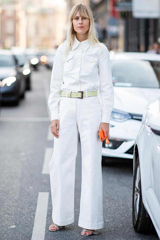 きちんと着こなしたオールホワイトのセットアップスタイルがクール。ベールトーンのベルトでウエストマークしてグッドバランスを保ち、足元は華奢なサンダルで女性らしさも忘れずに。