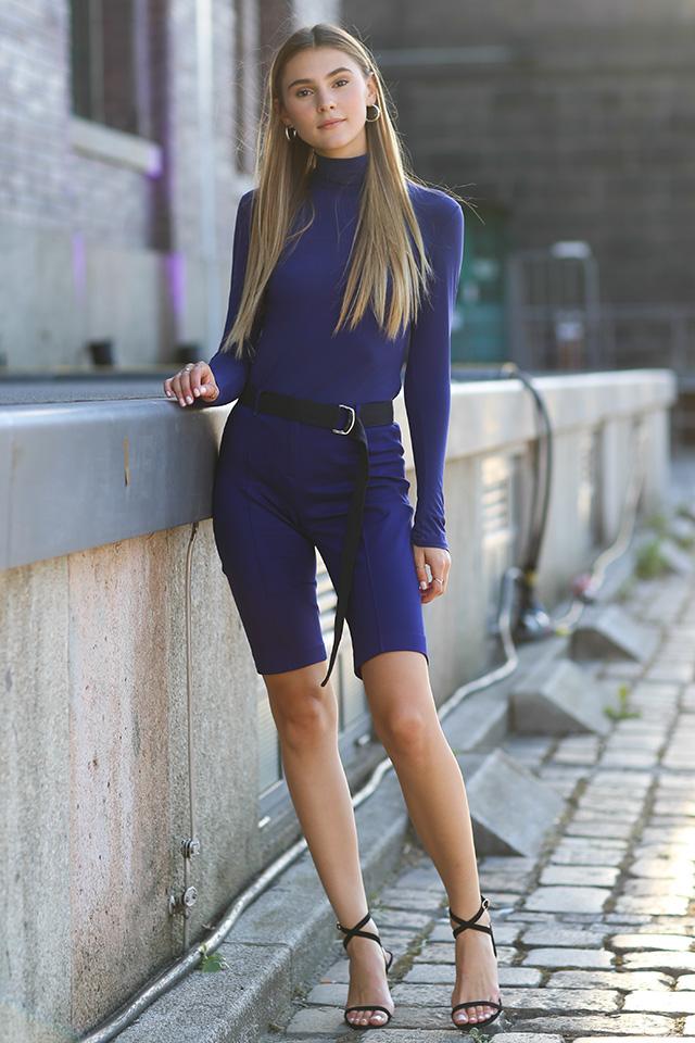 ボディラインにフィットするタイトスタイルは、SAMEカラーでセットアップコーデに。女性らしい品あるスタイルにまとめつつ、ハズシアイテムとしてスポーティなベルトを合わせたところがセンスあり。