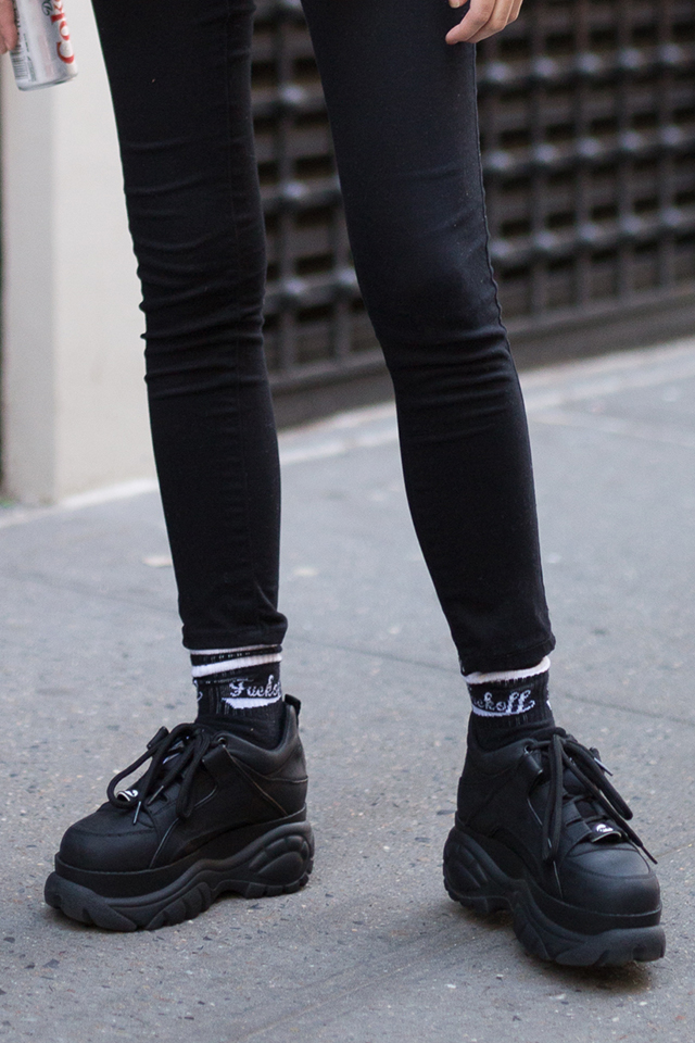 スキニーパンツとボリューム感のある厚底スニーカーは鉄板コンビ! スポーティなロゴ入りソックスがアクセントになって、ストリートな雰囲気を盛り上げる。ブラックコーデでモードに味付けて。