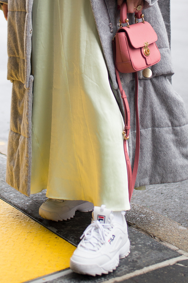 バランスが難しいロング丈スタイルの時など、足元にボリューム感を出したい時は厚底タイプが◎。ロングスカートスタイルに取り入れると、ストリート感がトッピングされてトレンド感がアップする。
