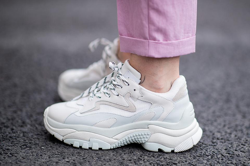 コロンとしたフォルムが可愛いホワイトスニーカーは、靴ひもをその日のコーディネイトや気分で変えるのがおしゃれ! 手軽に印象を変えられるうえ、コーディネイトの幅も広がるから◎。