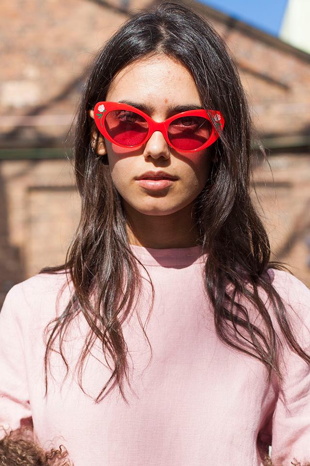 定番的なキャットアイのサングラスは、カラーリングや装飾デザインで遊びがあるタイプをチョイス。いつものスタイルに取り入れるだけで、トレンド感もオリジナリティも高められる♪