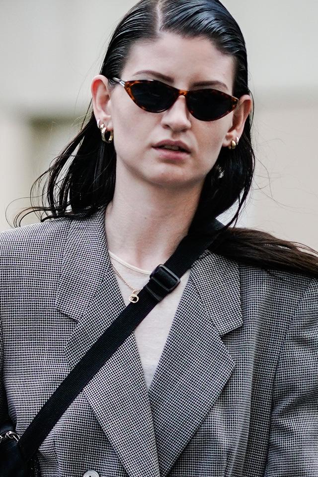 切れ長レンズのシャープな印象のサングラスはマニッシュなスタイルによく似合う。アクセサリーは小ぶりなものを、ヘアスタイルはタイトに仕上げて、とことんクールに決めたい!